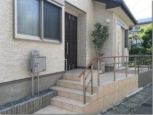 コンパクトなタイル階段な家