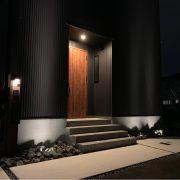 ガルバリウム+ライトアップの家