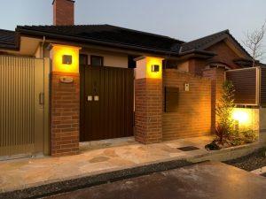 温かみのあるレンガ門柱の家